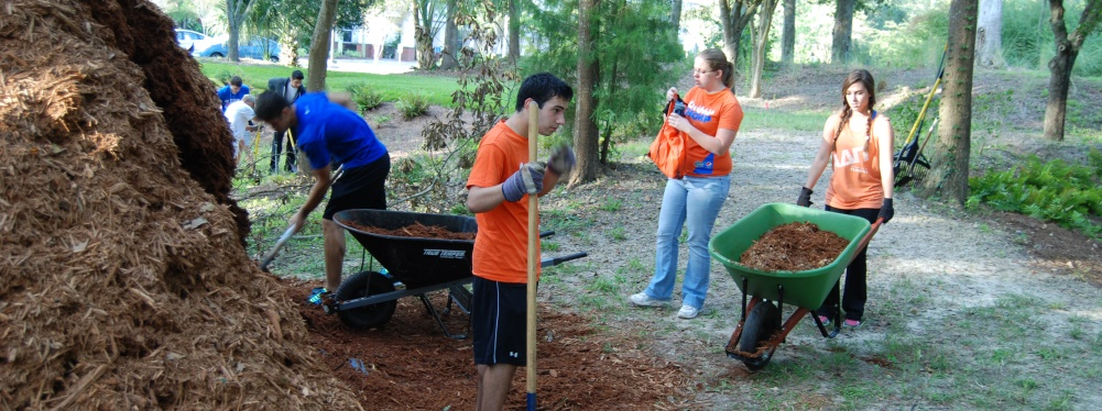 volunteers-student-group-with-mulch_for-splash